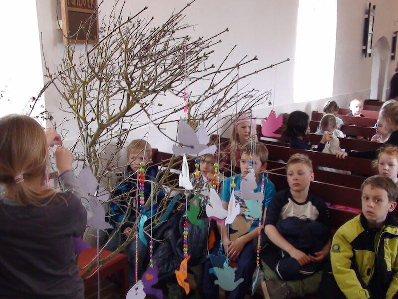 Duerne på træet i kirken Tiny.jpg
