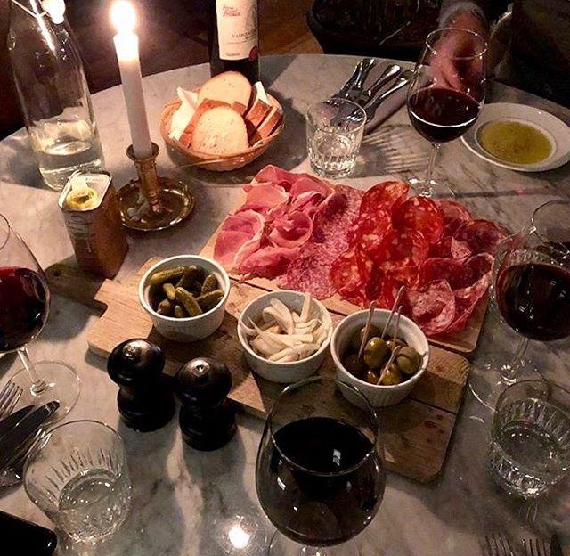 Ikväll kör vi fullt hus! Sugen på en chark & ett glas vin? Kom förbi och slå dig ned för att mysa till denna gråa lördagkväll! Välkomna!