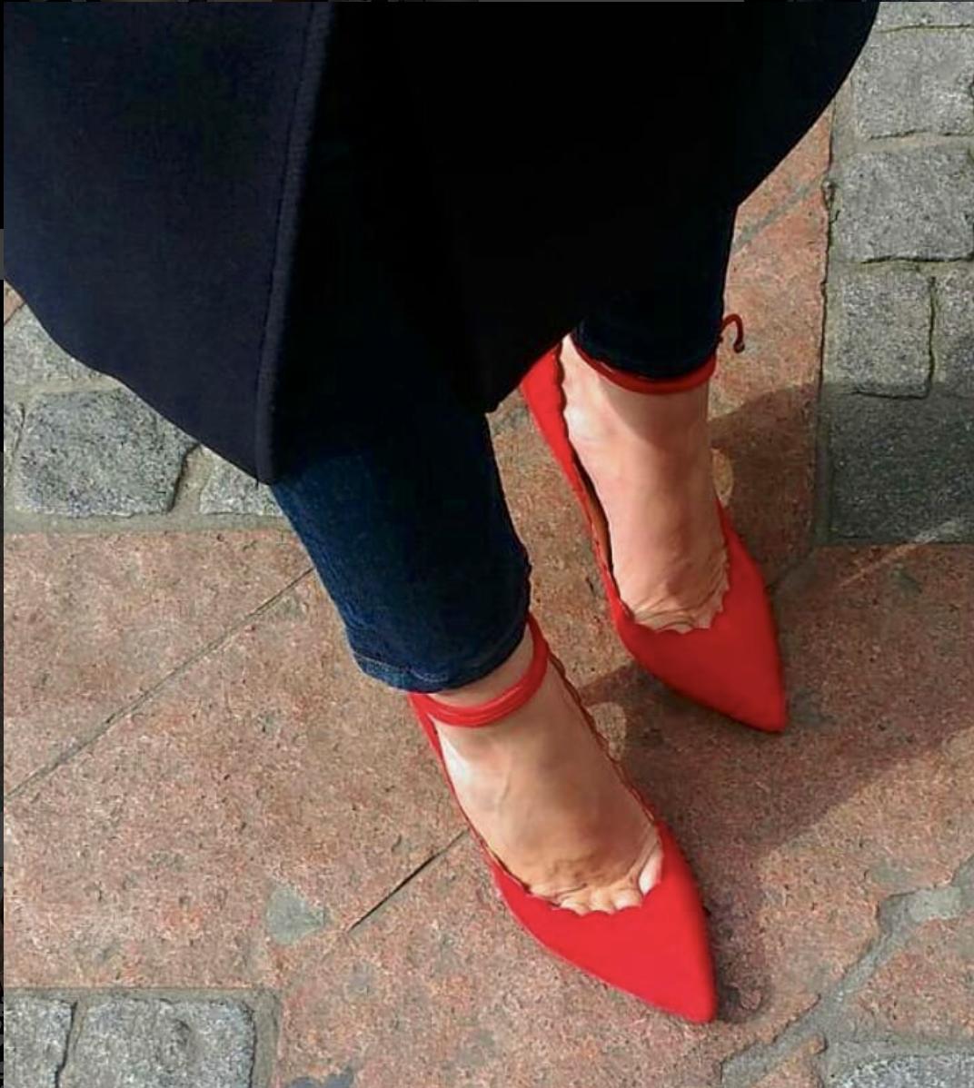 @mitsouko_   J'ai envie de joie et de couleurs 💞, une vieille photographie de Rosario de  @biondacastana  🌹  #biondacastana   #rougepassion   #shoes   #shoesporn   #shoeslovers   #shoescrush  bon jeudi sous la pluie!!