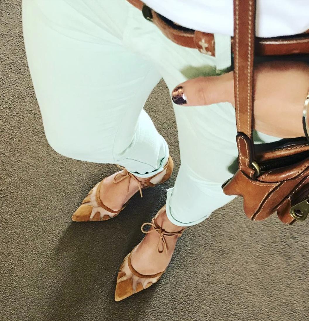 @my___everyday___life   Trying to convince myself it's ok to wear my spring wardrobe in autumn 🍃🍂  #mintjeans   #whitetshirt   #beigeblazer   #springwardrobe   #autumnwardrobe   #allaboutthetanaccessories   #canicarryitoff   #springfashion   #confusingseasons   #fashionstyle