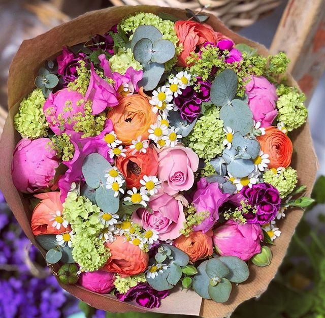 Here's a little wedding inspo for you this morning. I love a visit to the florists! Here we have a mix of old fashioned peonies and wild daisies. Wedding bouquets are becoming more and more vibrant over the years. Why not consider some of these in your bouquet, makes for fantastic wedding images. #weddinginspo #weddingbouquet #daisies #peonies #southwestweddingphotographer #sayphotographyuk