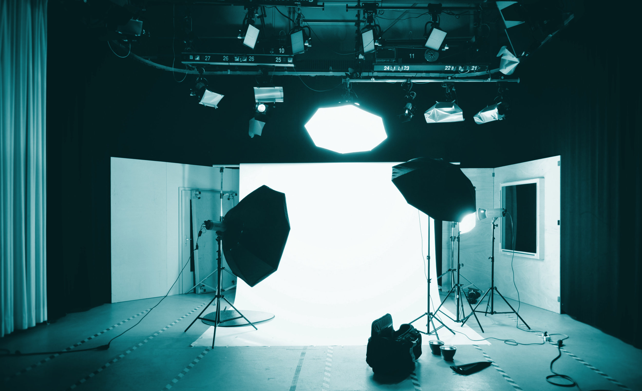 Op maat gemaakt - Cut the Chase is de one-stop-shop videoproducent die jou kan helpen met de vertaalslag naar beeld of juist een compleet nieuw verhaal helpt bedenken. Cut the Chase faciliteert van pre,- tot post-productie en staat daarnaast klaar om een schakel van de productieketting te zijn wanneer er partners betrokken zijn.Wil je meer informatie over op maat gemaakte video's of heb je vragen? Klik dan hier onder.