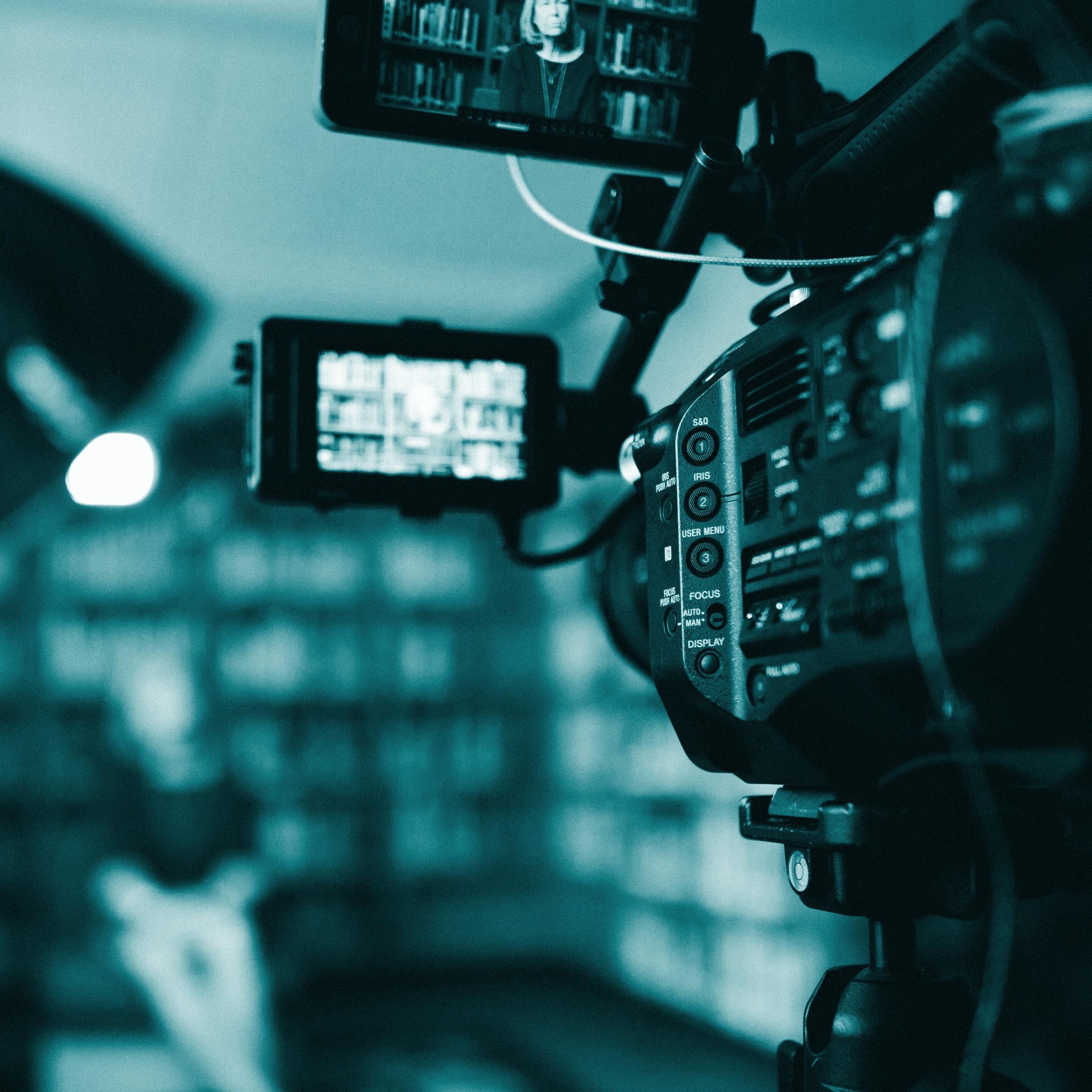 Cut the chase - Vroeger werd Cut to the Chase gebruikt wanneer er binnen de verhaallijn werd gesneden naar de achtervolgingsscene in de film. Kortom, naar het onthullende onderdeel van het verhaal.De chase in míjn verhaal, oftewel het onthullende onderdeel van mijn leven, is mijn videoproductiebedrijf Cut the Chase media.