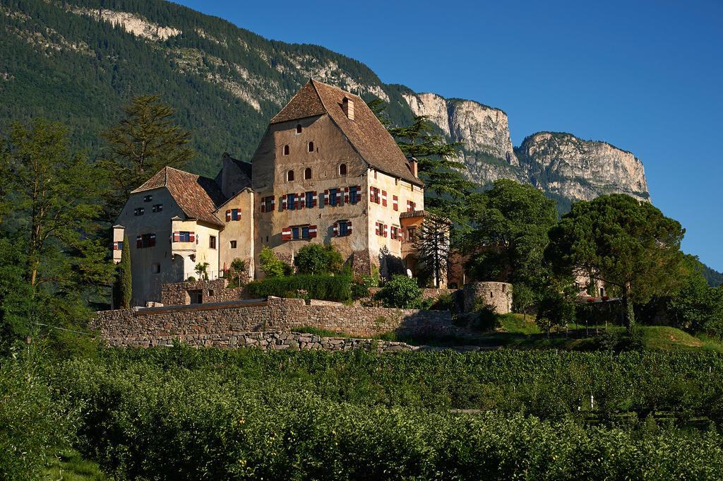Schloss Englar - Das Schloss Englar liegt im sonnigen Eppan und ist nicht nur traumhaft um zu heiraten, sondern auch ihren wunderbaren Sauvignon Blanc zu geniessen, wobei das eine das andere nicht ausschliessen soll.