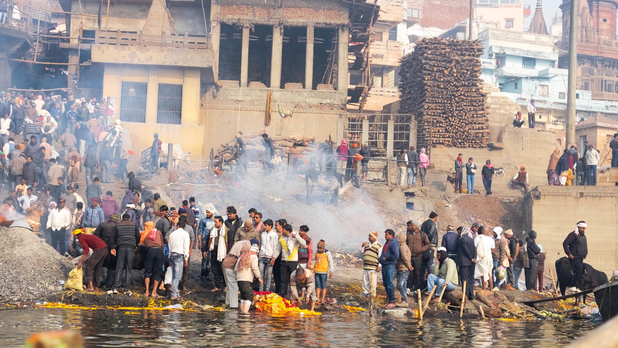 Einäscherung am Manikarnika Ghat