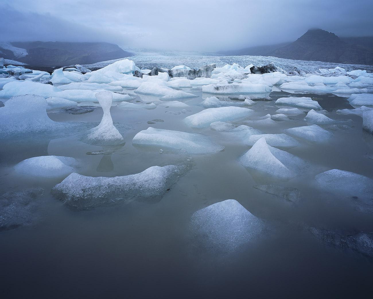 Die Lagune Fjallsárlón mit Gletscher Fjallsjökull im Hintergrund.