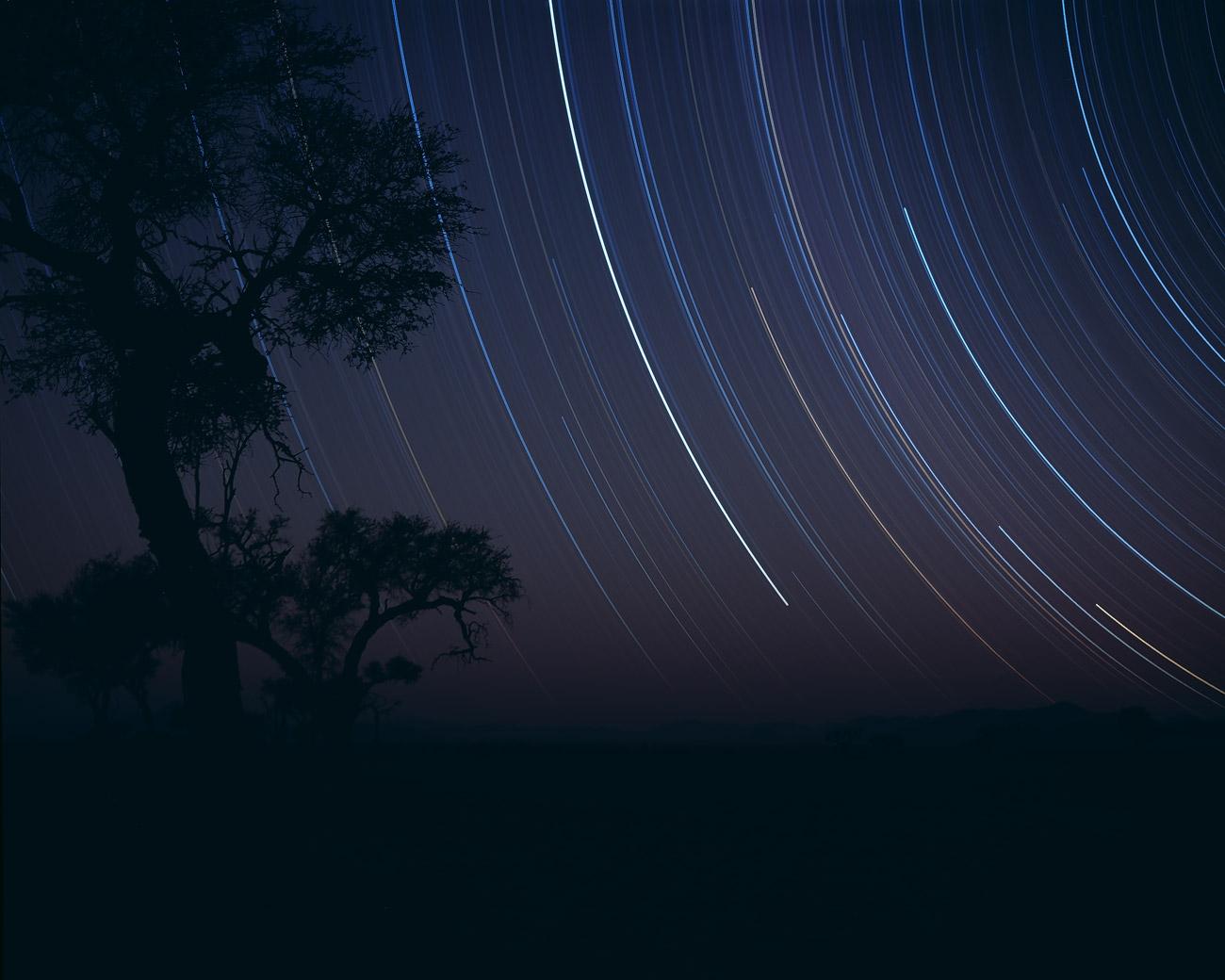 """Eine Langzeitbelichtung (6 Std) zeichnet Sternspuren, Namib Rand (""""Dark Sky Reserve""""), Namibia."""