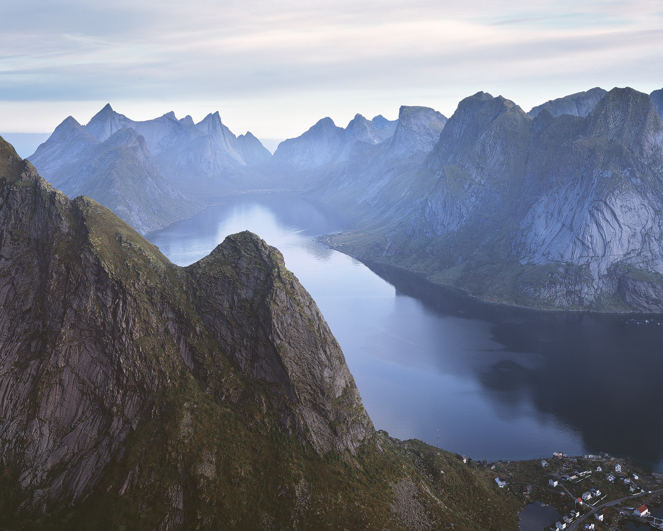 Blick vom Reinebringen in den Kirkefjord, Lofoten.