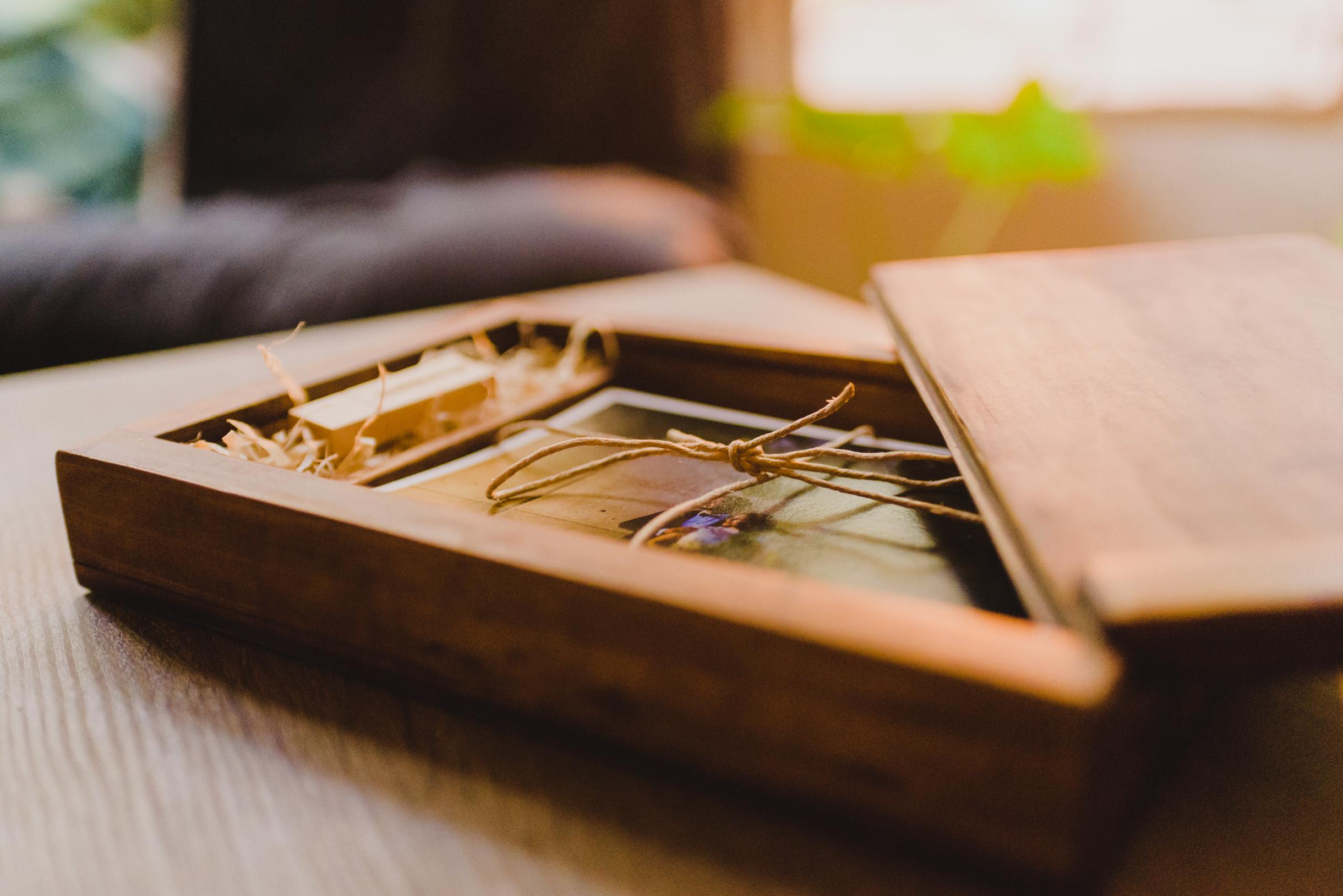 La caja del tesoro - Así es como quiero tener mis recuerdos, palpables, en papeles nobles y un cómodo USB que me permita tener mis fotografías aunque la gran nube del internet caiga. Cada fotografía impresa, es un ícono visual a un momento del matri, con ellas, podrás revivir ese día en un par de pasos. Esta caja, está hecha de lenga, raulí o la madera interesante que tenga mi carpintero amigo con la intención de almacenar tu tesoro por años y años.