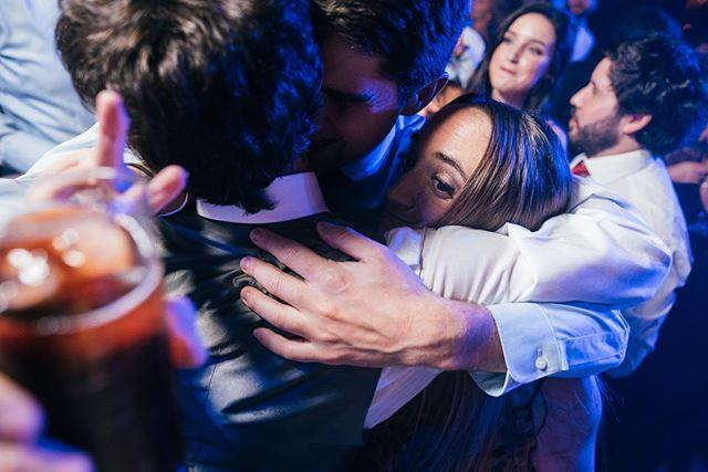 Abrazos apretados y piscolas ¿Que más se puede pedir de la vida?