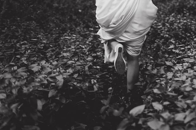 Nuetra memoria está compuesta de sensaciones más que de hechos concretos. Más de momentos que de días completos. ⠀⠀⠀⠀⠀⠀⠀⠀⠀ •⠀⠀⠀⠀⠀⠀⠀⠀⠀ •⠀⠀⠀⠀⠀⠀⠀⠀⠀ •⠀⠀⠀⠀⠀⠀⠀⠀⠀ •⠀⠀⠀⠀⠀⠀⠀⠀⠀ •⠀⠀⠀⠀⠀⠀⠀⠀⠀ #wedding #boda #matrimonio #bigmoments #bride #novia #nikon #d750 #santiago #vsco #vscoweddings #vscogrid #vscophile #vscodaily #vscogram #vscofilm #visualsgang #vscobest #makeportraits #letsgosomewhere #conceadicto #santiagoadicto #fearlessphotographers #fineart #camilohernandez #yourockphotographers  #junebugweddings #wedphoto #heywildweddings