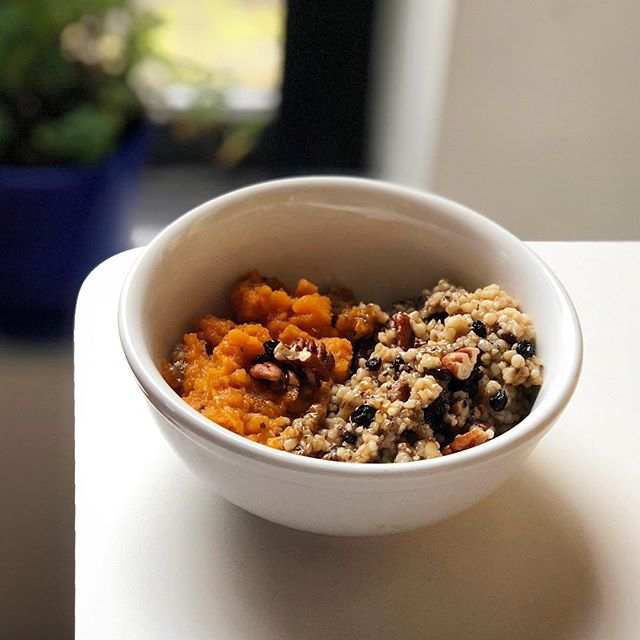 Double workout day = double carbs! Hid some collagen and chia seeds in there just to be extra 💯 P.S. the instant pot makes steel cut oats beyond easy. . . . . . #breakfast #carbs #mealone #rpdiet #rp #fuel #gainz #crossfit #eatclean #wholefoods #instantpot #oats