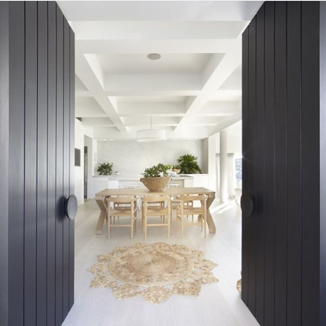 Absolutely love this space by @bkhnewyork 😍 one of my favs . . . #interiordesign #entry #simple #interior #calm #clean #design #dinningroom #blackandwhite