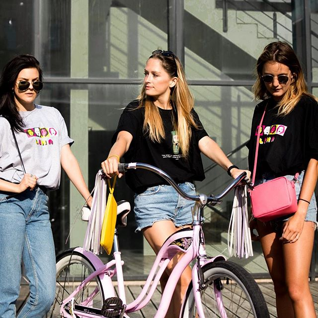 Babnce 🤜🤛 @bingelci x @boopacks x @wearelena . . . . #bingelci #streamer #boopacks #wearelena #urban #sloveniandesign #girlsforgirls #fun #cycling #bycicle #tassels #leather #fauxleather #bags #ljubljana #summer