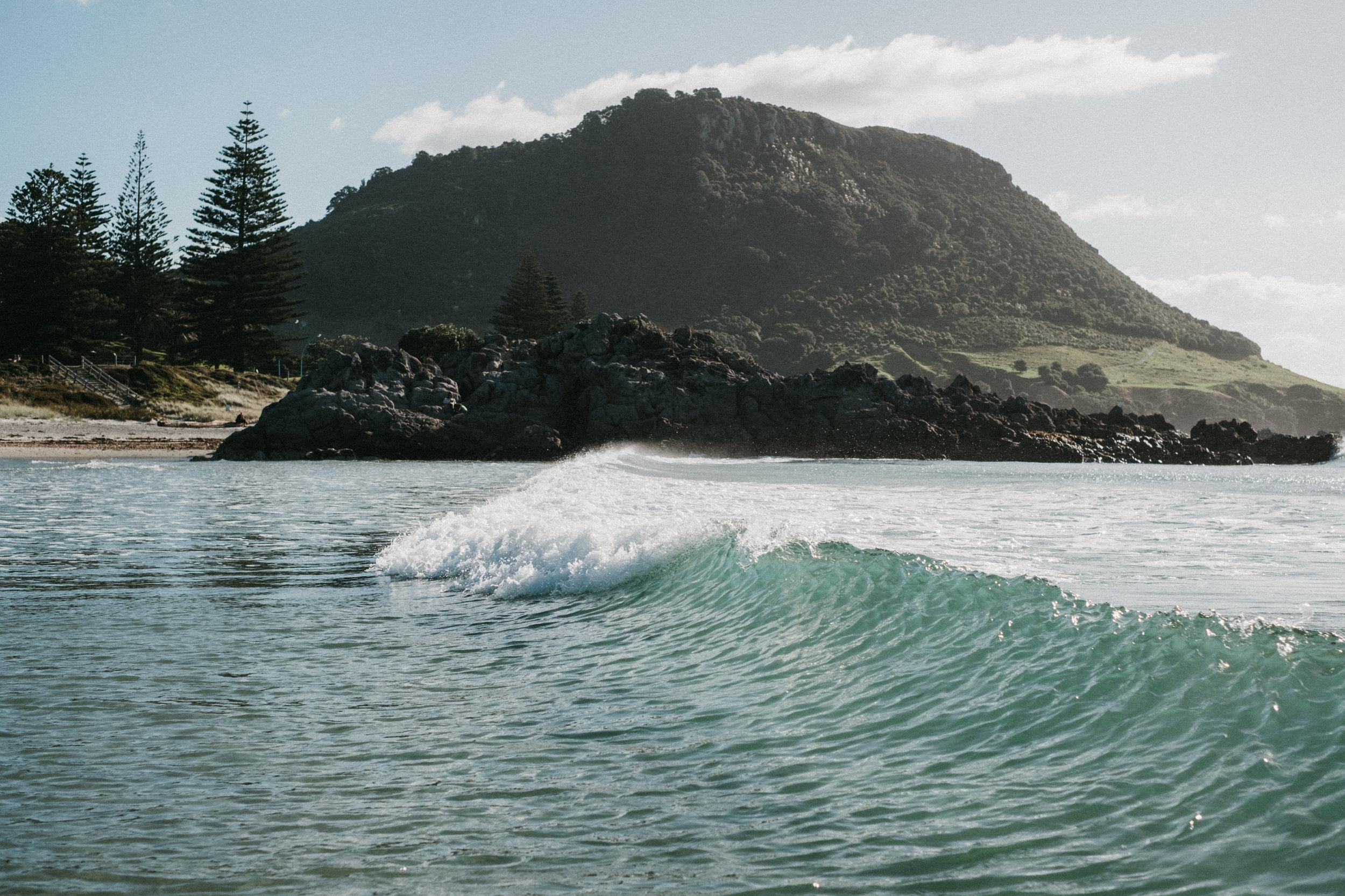 nos belles vagues avec vue sur le mont Maunganui