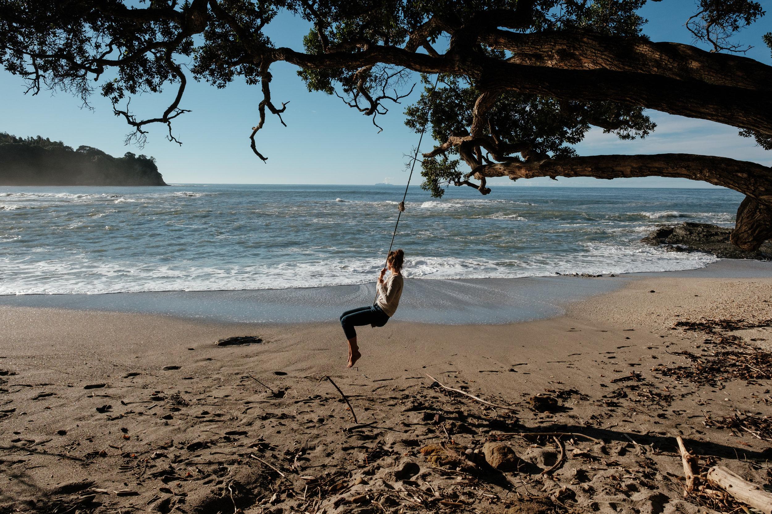super belle petit plage déserte avec la meilleure balançoire du moonde
