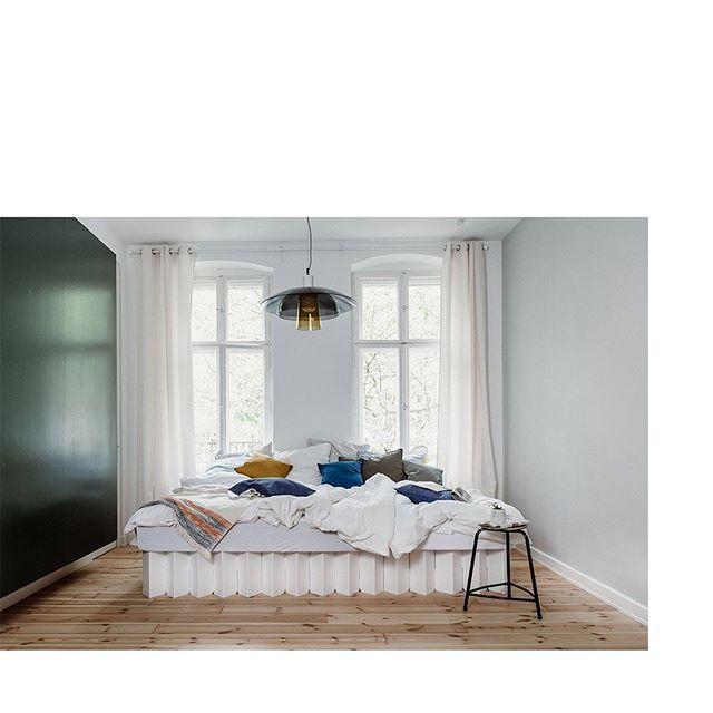 Ok, Mittwoch und Herbst (anscheinend). Wir gehen jetzt nicht über los sondern alle zusammen zurück in dieses Bett. Platz genug! Wir versprechen auch ca.384 Krümel von den Cantuccini vom Frühstück. Projekt RIAB Prop Styling für @roominabox gemeinsam mit @chris_abatzis & @jollovision 📷 / ad/unbeauftragt