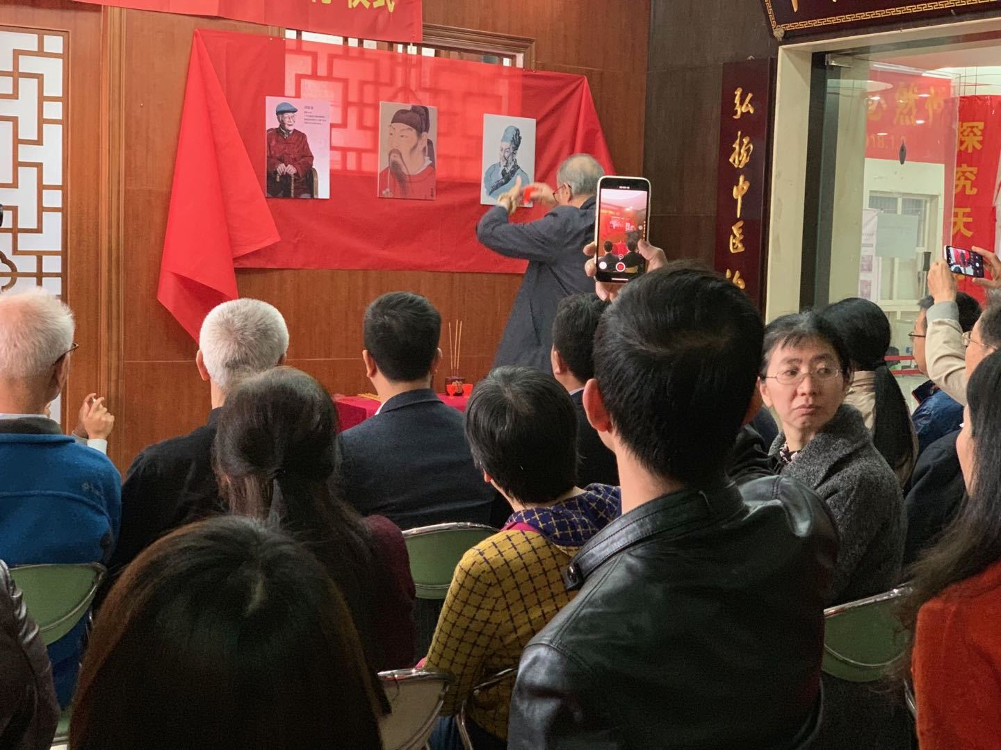 Host Hu Xiaolong bowing, and offering incense and ceremony wine to Chinese medicine masters Zhang Zhongjing, Sun Ximiao, Deng Tietao's pictures.