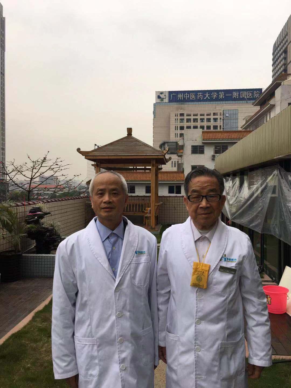 3月16日,吴明杰医生和肖鑫和教授师徒二人在广州中医药大学合影留念(左为吴明杰,右为肖鑫和)。