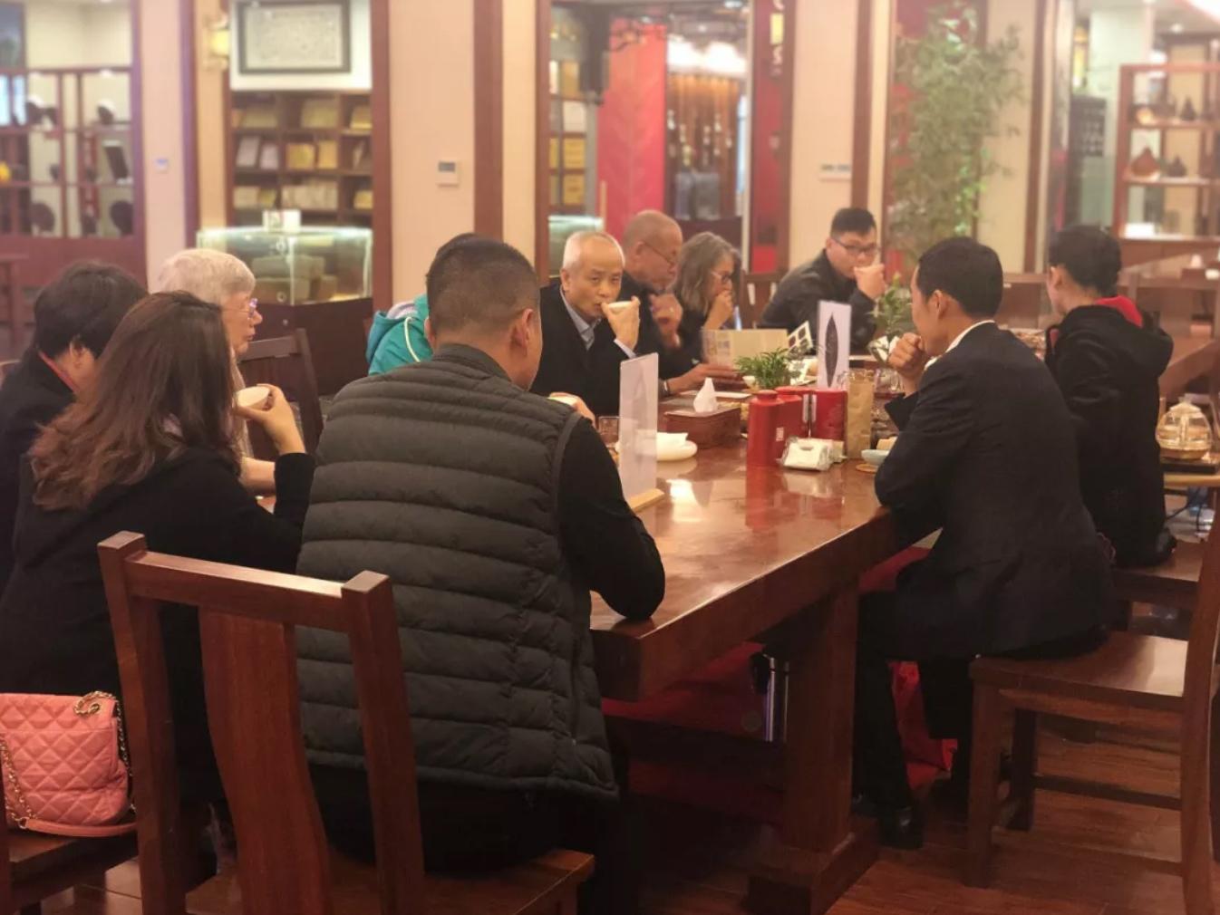 3月18日吴明杰医生与美国客商在茂圣公司交流茶文化