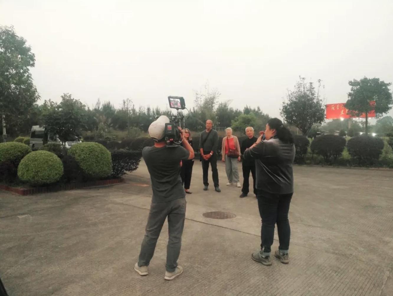3月20日吴明杰医生与美国客商在茂圣子公司业胜公司接受广西电视台采访