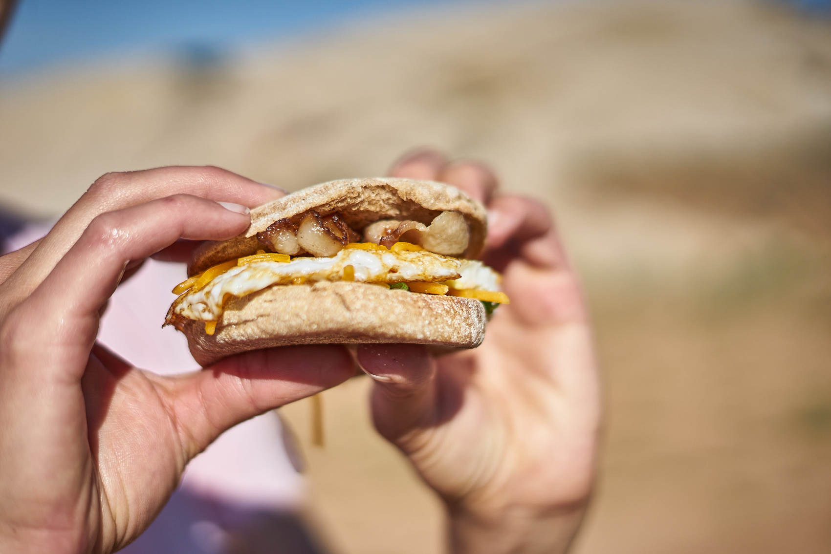 This is the ultimate car camping breakfast sandwich! Seriously, you need this on your next camping trip. Click through for the recipe and a video tutorial. www.amandaoutside.com #camping #campfood #campbreakfast