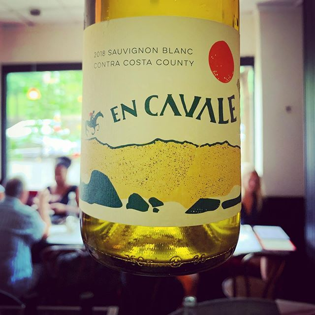 this bright Sauvignon Blanc is pure sunny Cali in a bottle 👌🏼☀️🌵and pairs great with good friends! #naturalwine #brooklyn #frenchbistro #zevrovineselections #methodesauvage