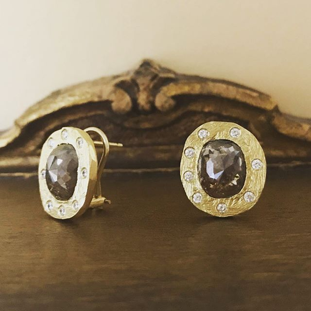 These handmade 5 ct natural diamond and 18kt gold beauties by @amynthejeweler found their forever home today... . . . #randdlosolivos #gold #rusticdiamonds #lovegold #showmeyourearrings #diamondstuds #rawdiamonds #handmadejewelry #amynthejeweler