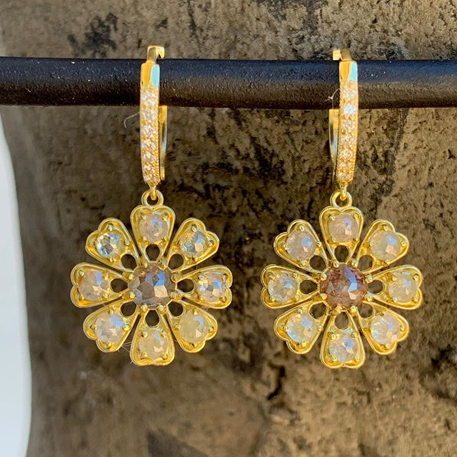 Another new beauty in from Amyn... flower earrings in 18kt gold and rustic diamonds. 3.4 ct total diamond weight.  Also available in emerald and opal. . . . @amynthejeweler #earrings #showmeyourearrings #losolivosca #randdlosolivos #rusticdiamonds #gold #handmadejewelry #finejewelry #artisanjewelry #emerald #opal
