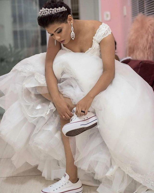 would you make this brilliant choice for your #wedding? Comfort wins 💯 .... #Repost @camilalisboabeauty ・・・ SEJA AUTÊNTICA NO DIA DO SEU CASAMENTO !  Sim, muitas noivas escolhem estilos que não são comuns no seu cotidiano e depois não se reconhecem no dia do seu casamento . Escolha ser você e estou aqui para te ajudar a aperfeiçoar sua imagem ❤️ NOIVA ALEXSANDRA . . #noivas #prontapracasar #noivascandeias #casandoemcandeias #casandoemsalvador #bride #universodasnoivas #wedding #lapisdenoiva #noivas2019 #blogdenoivas #noivasdobrasil