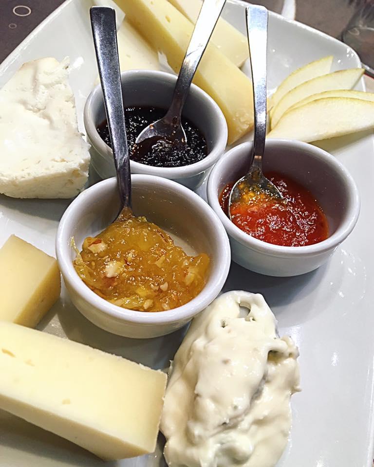Selezione di pecorini di Volterra D.O.P. con marmellate fatta in casa All'arancia, cipolla e peperoni