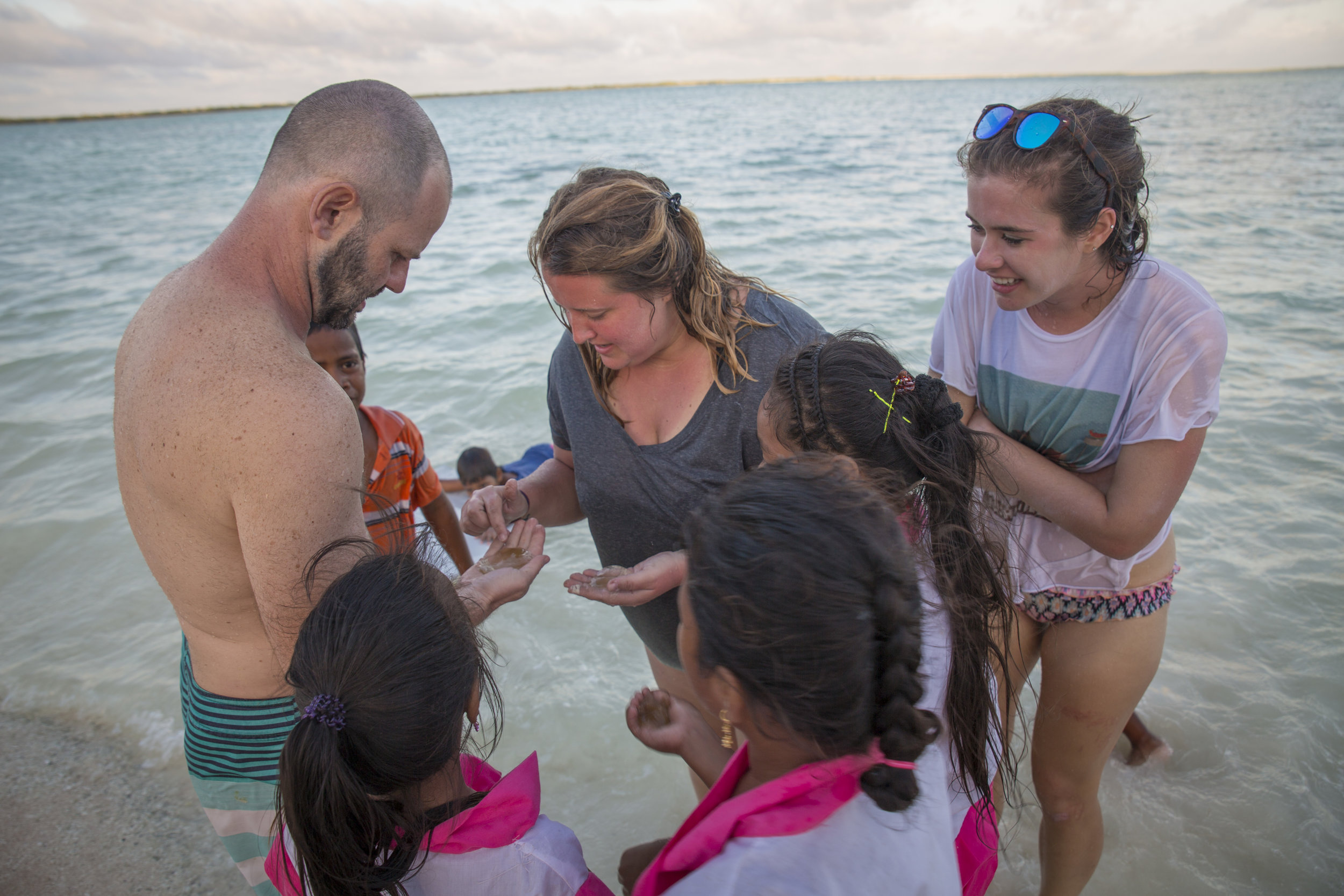 Attempting to identify coastal organisms with Erik Cordes and the children of Kanton