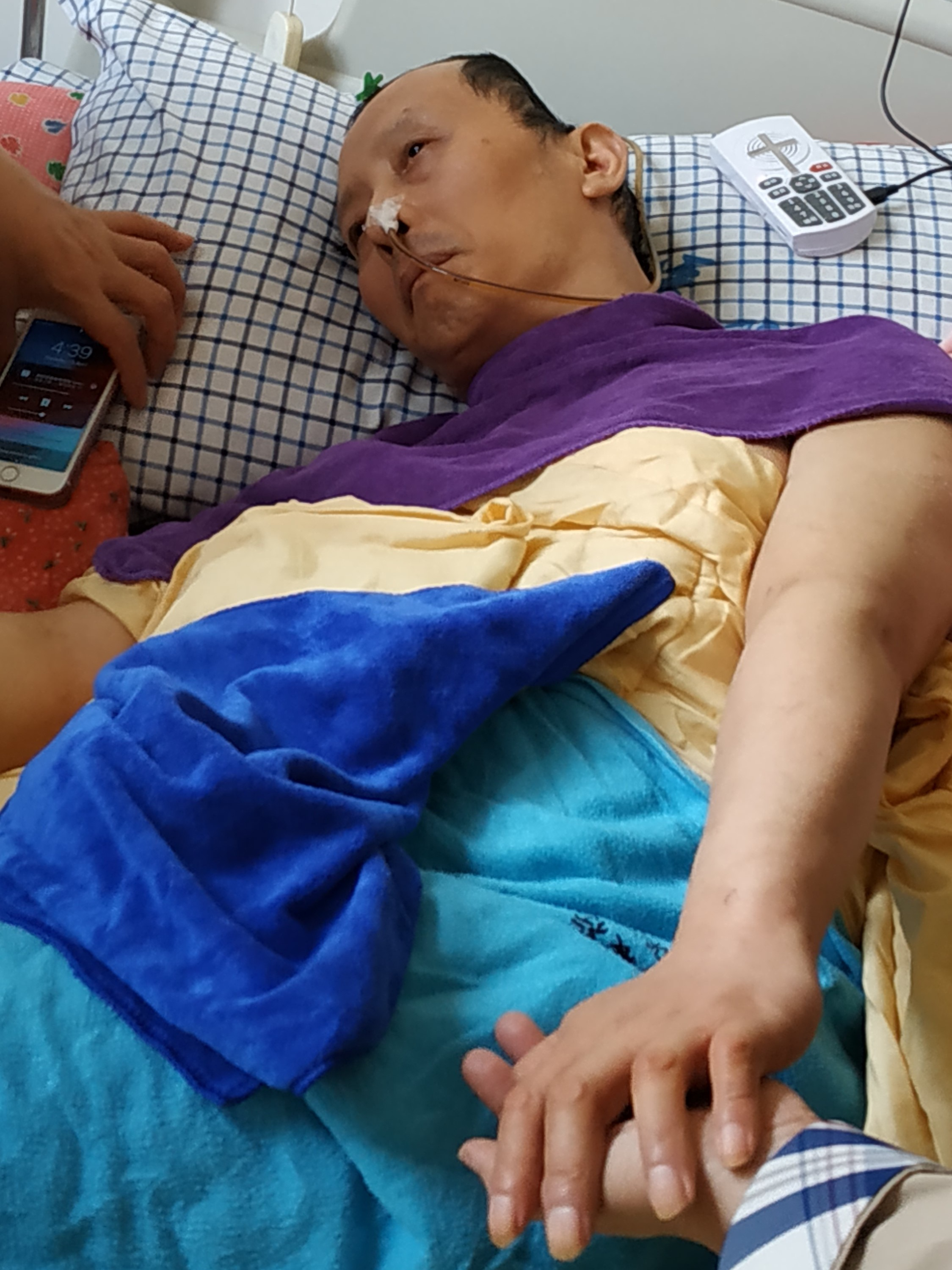 Zhao Xiguo, had to have a part of his brain removed surgically after suffering a head injury at the workplace, and is now completely bed-bound.