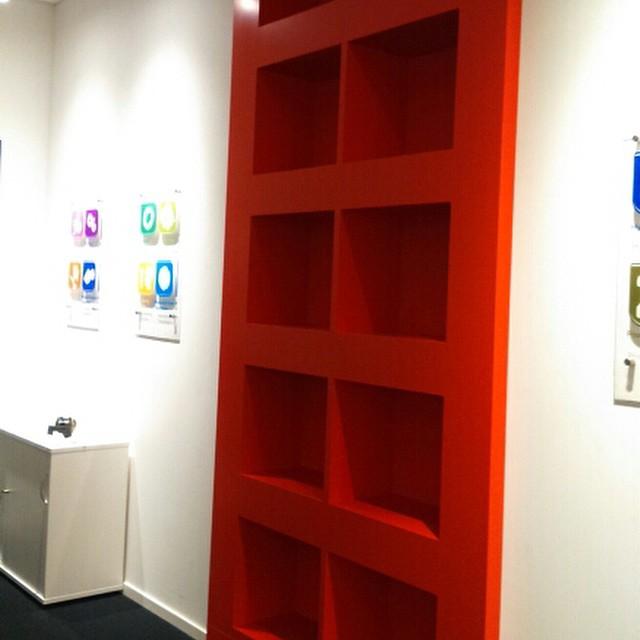 300 kilo röd bokhylla monterad som del i konferensavdelning!!