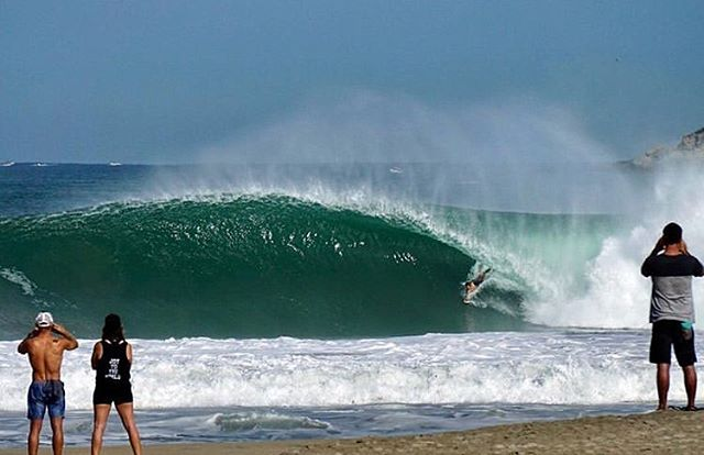2017 Wave of The Year winner @barrchi doing what he does best. Submissions for the 2018 wave of the year winner are still open 🤙🏽 TAG someone who should enter their photo 📸 @eli_kirwan  #thebodysurfingshop #bodysurfing #bodysurf #mexico #pipe