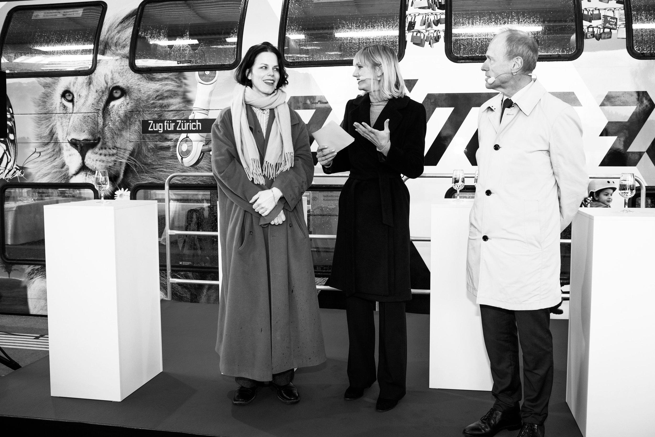 Zug für Zürich Nadine Geissbühler Linda Gwerder Jörg Müller auf Bühne Zürich HB.JPG