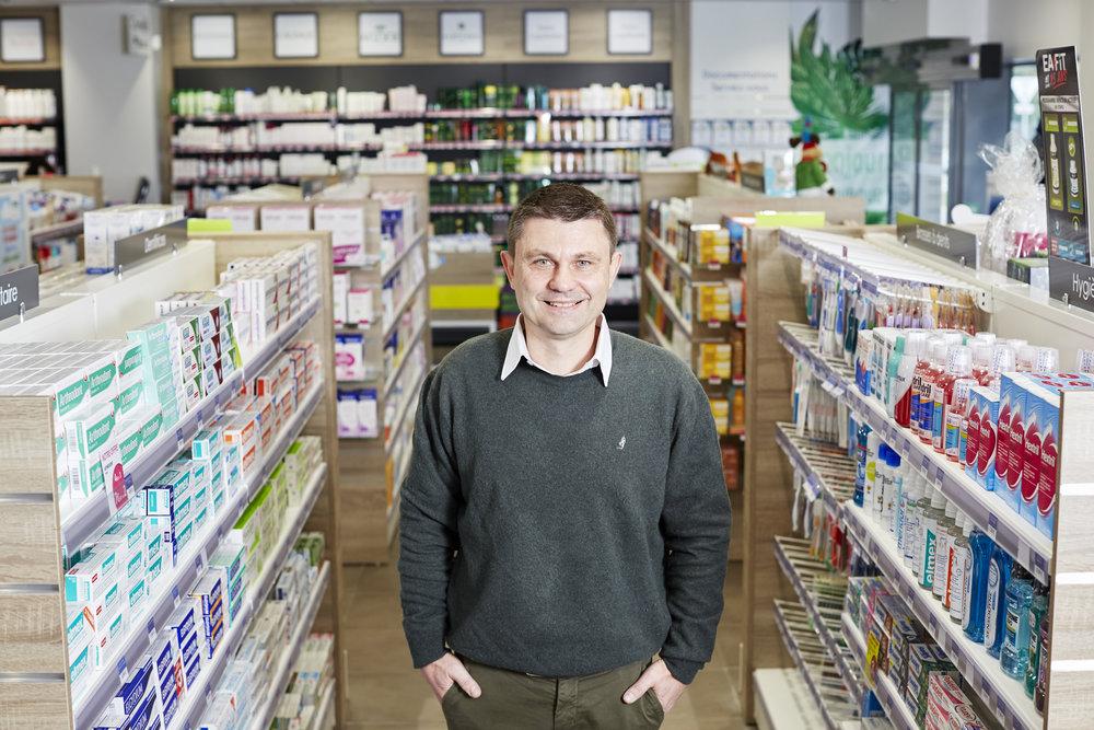« À la base, on est quand même ici pour notre savoir médical. Quand letiers payant n'était pas encore obligatoire - dans les pharmacies de la Préhistoire - il fallait juste coller desvignettes sur des feuilles marrons. Maintenant ce n'est plus le cas » - Jean-Marc, Pharmacien
