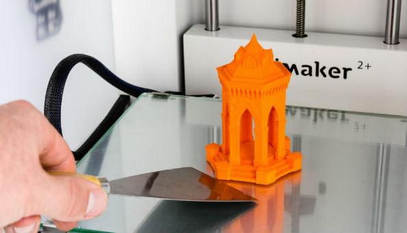 Снятие распечатка с печатной платформы 3D принтера Ultimaker. Фото  ultimaker.com