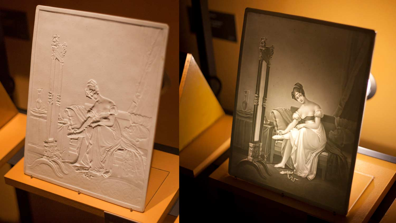 Немецкий литофан 19 века, слева — без подсветки, справа — с подсветкой. Фото — Diego Verger