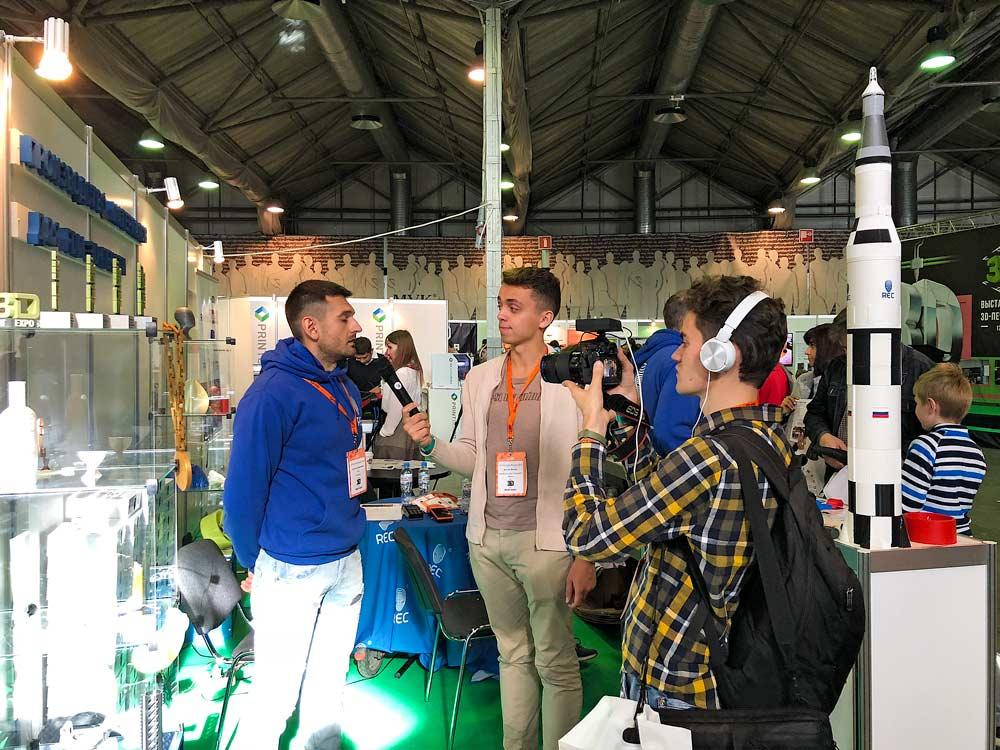 На выставке присутствовало несколько блогеров и представителей прессы. На фото дает интервью сотрудник компании  REC  — отечественного производителя филаментов