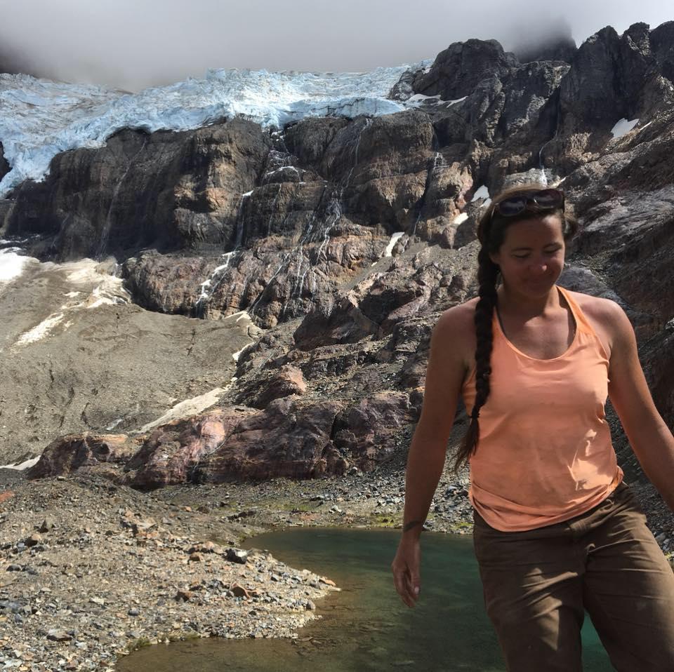 Charlene - Charlene ha estado trabajando para Earthship en muchas construcciones y también ha liderado una construcción en Chile, es una de las principales cazadoras de neumáticos, entre miles de otras habilidades.