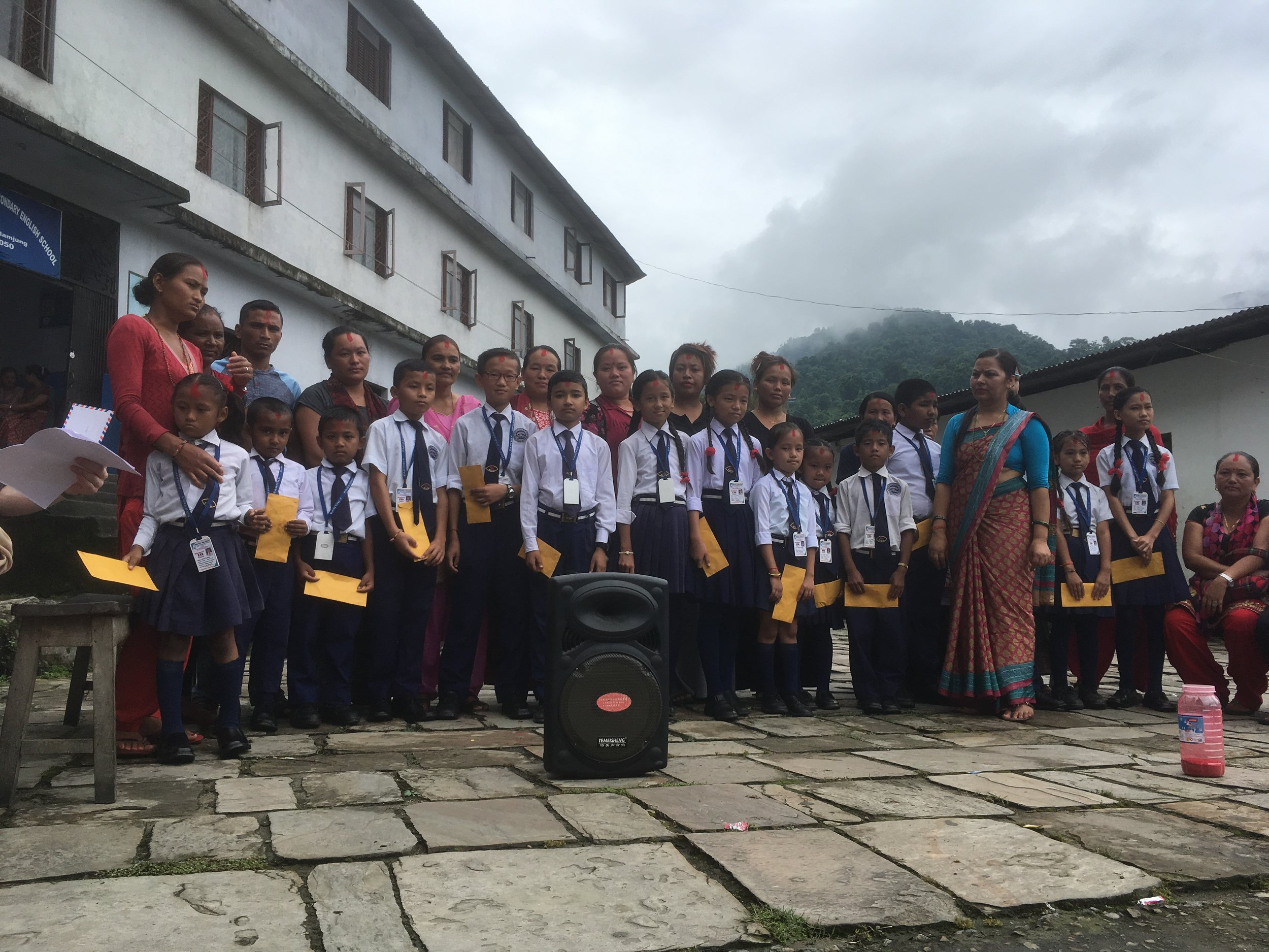 The 15 students with their scholarship envolopes