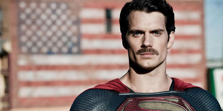 Yo le hubiera añadido el bigote en toda la película. Así me imaginaría que estaba viendo a Superlópez.