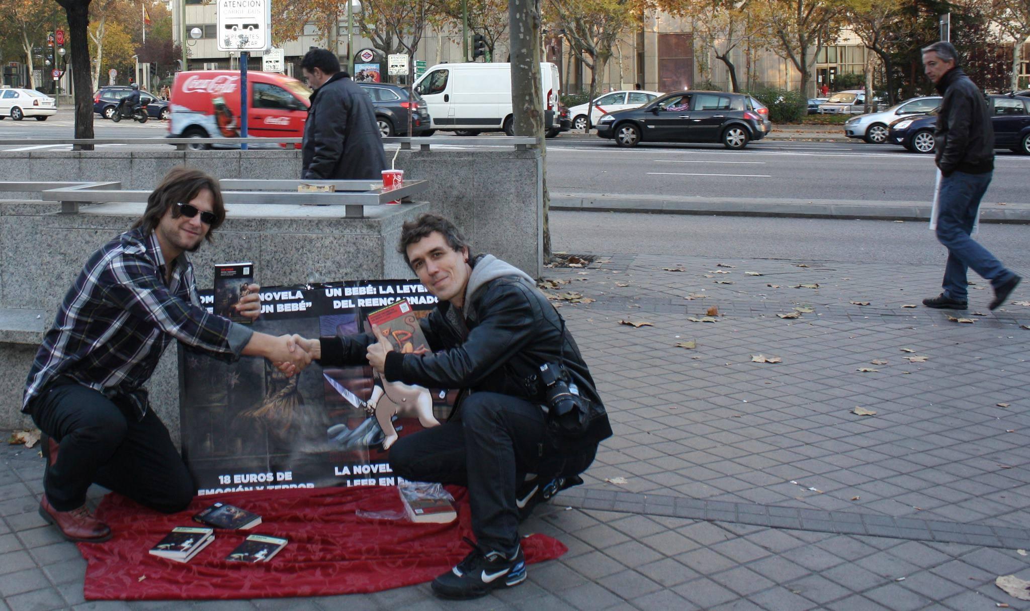 vendiendo mis libros en la calle.jpg