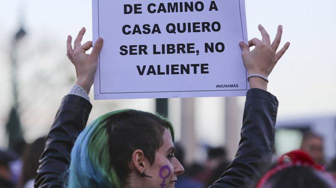mujer-cartel-manifestacion-marzo-pasado_1316878807_93289212_667x375.jpg