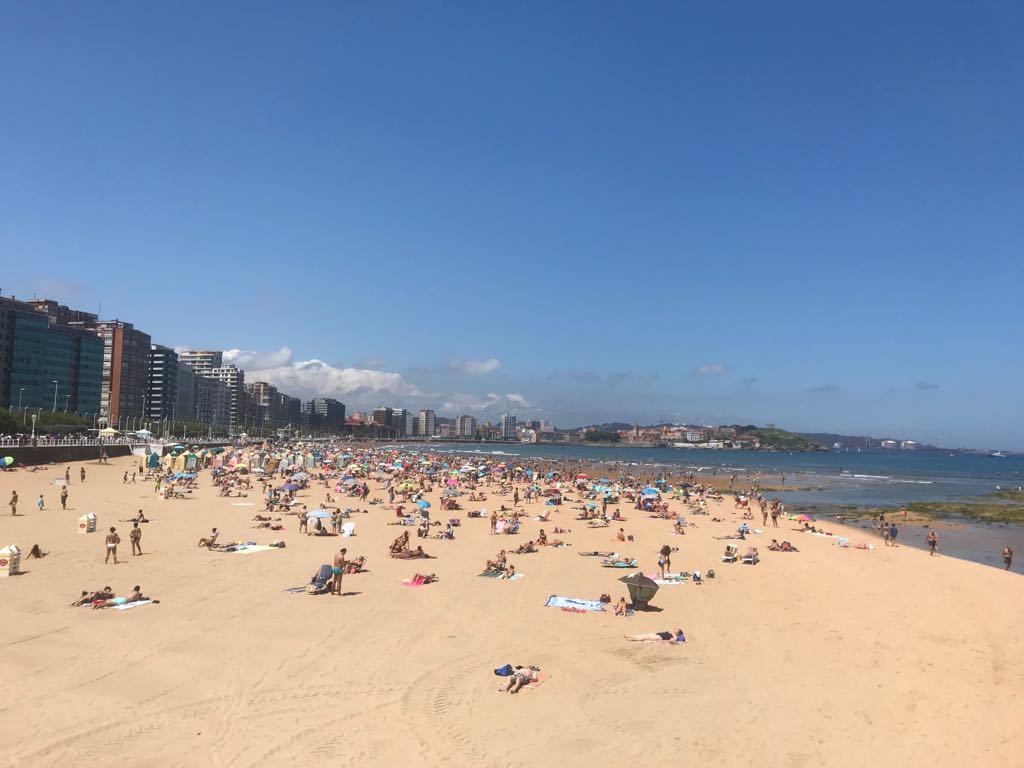 Playa de San Lorenzo: ayer domingo estaba así de llena.