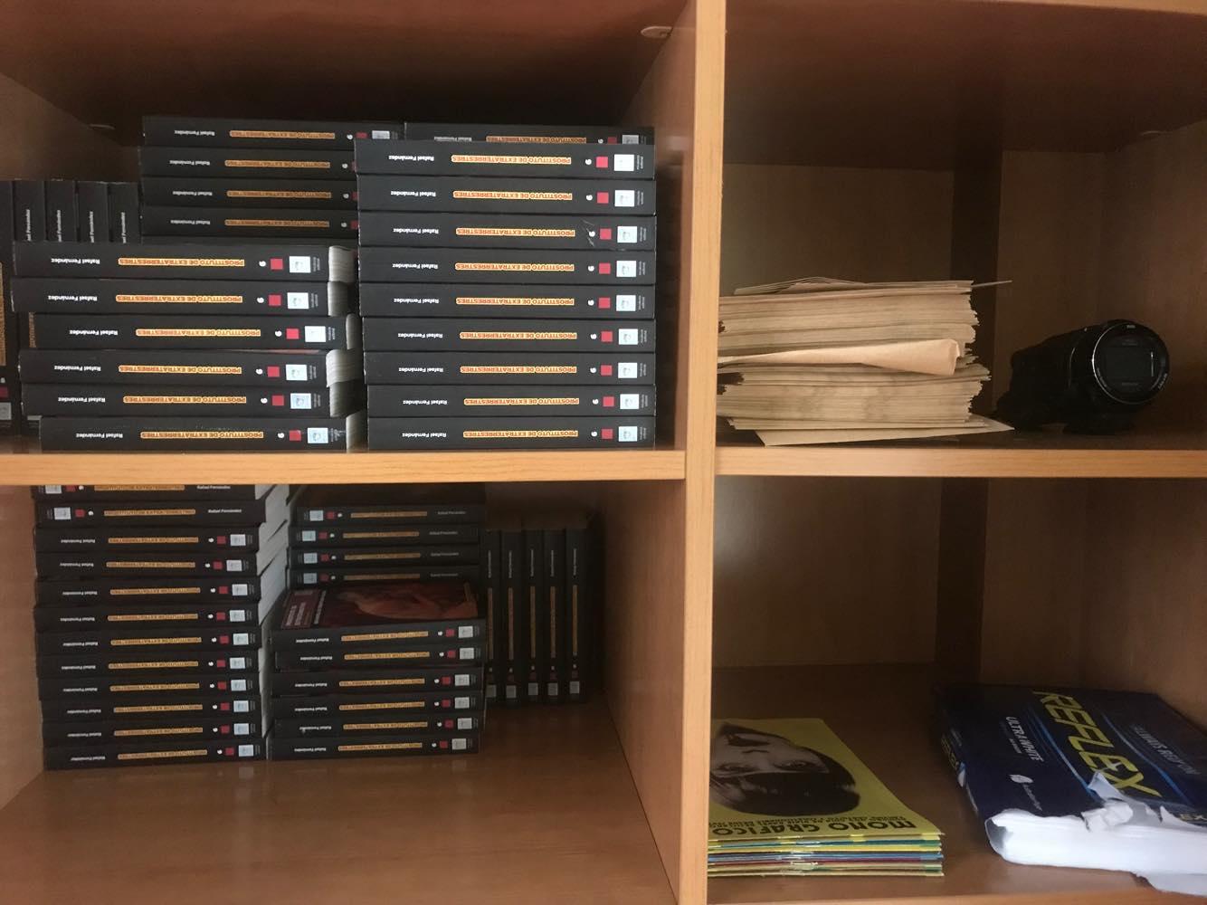 Dentro de ese armario, más stock de  mis libros .