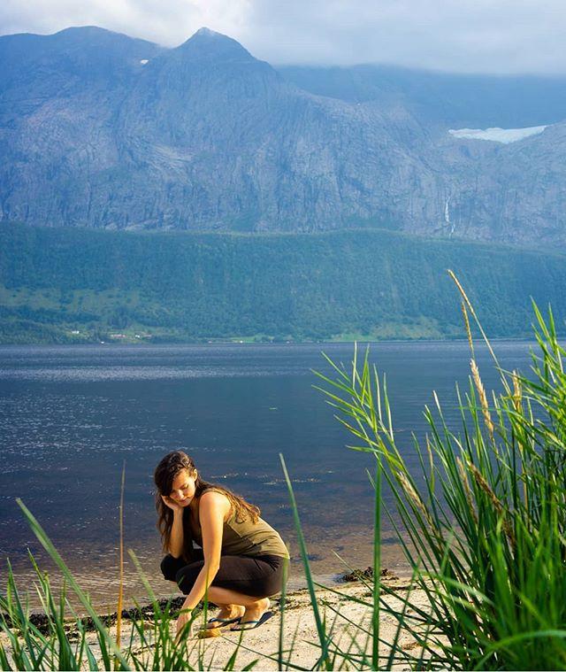J'étais bien sur ma petite plage en face d'un fjord et en même temps au bout du 10ème jour d'isolement je me suis dit mais qu'est-ce que je fous là ? On a plus l'habitude de se déconnecter, de s'isoler alors forcément ça chamboule un peu et c'est parfois au retour que l'on réalise qu'on s'est vraiment fait du bien 💛 #retreat #goldenhour #fjord #norvege #plage #penseedujour #déconnecté #sereconnecté