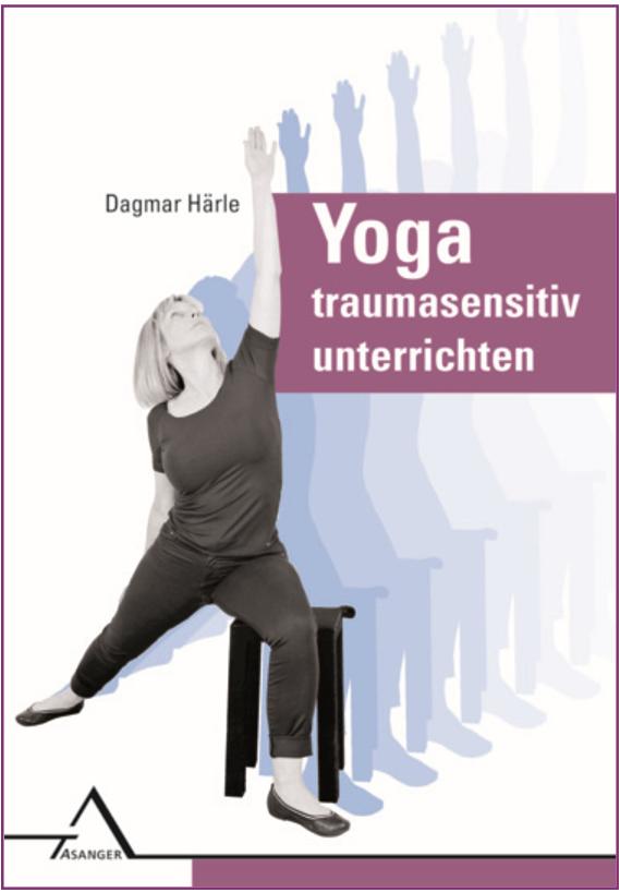 - Dagmar Härle richtet sich mit ihrem Buch über Traumasensitives Yoga (TSY) zur Affektregulation, Körperwahrnehmung und Selbstwirksamkeit an: Therapeuten, die mit TSY ihr Repertoire erweitern und traumatisierten Menschen professionelle Hilfe anbieten möchten, Traumatherapeuten, die TSY in der Einzeltherapie anwenden und in Gruppen unterrichten wollen,  Yogalehrer, die ihren Yoga-Stil den Bedürfnissen traumatisierter Menschen anpassen möchten und an Physio- und Ergotherapeuten, die TSY als Bewegungs- und Stabilisierungstherapie anbieten.Nur klare Übungsanleitungen geben Kursteilnehmern und Klienten ausreichend Sicherheit, eigene Entscheidungen zu treffen und die angebotenen Wahlmöglichkeiten nutzen zu können. Im Praxisteil präsentiert Dagmar Härle deshalb u.a. die zentralen Prämissen des TSY mit konkreten Anwendungsbeispielen, eine Fülle von Übungsmöglichkeiten und -varianten mit einladenden und offenen Formulierungen, ausführliche Anleitungen zur traumasensitiven sprachlichen Ausgestaltung und Anpassung der Instruktionen an die Bedürfnisse der Klienten, Anregungen, wie sich ein TSY-Kurs Schritt für Schritt aufbauen lässt und Beispiele für ein achtwöchiges Kursprogramm für unterschiedliche Zielgruppen.ISBN 978-3-89334-634-9
