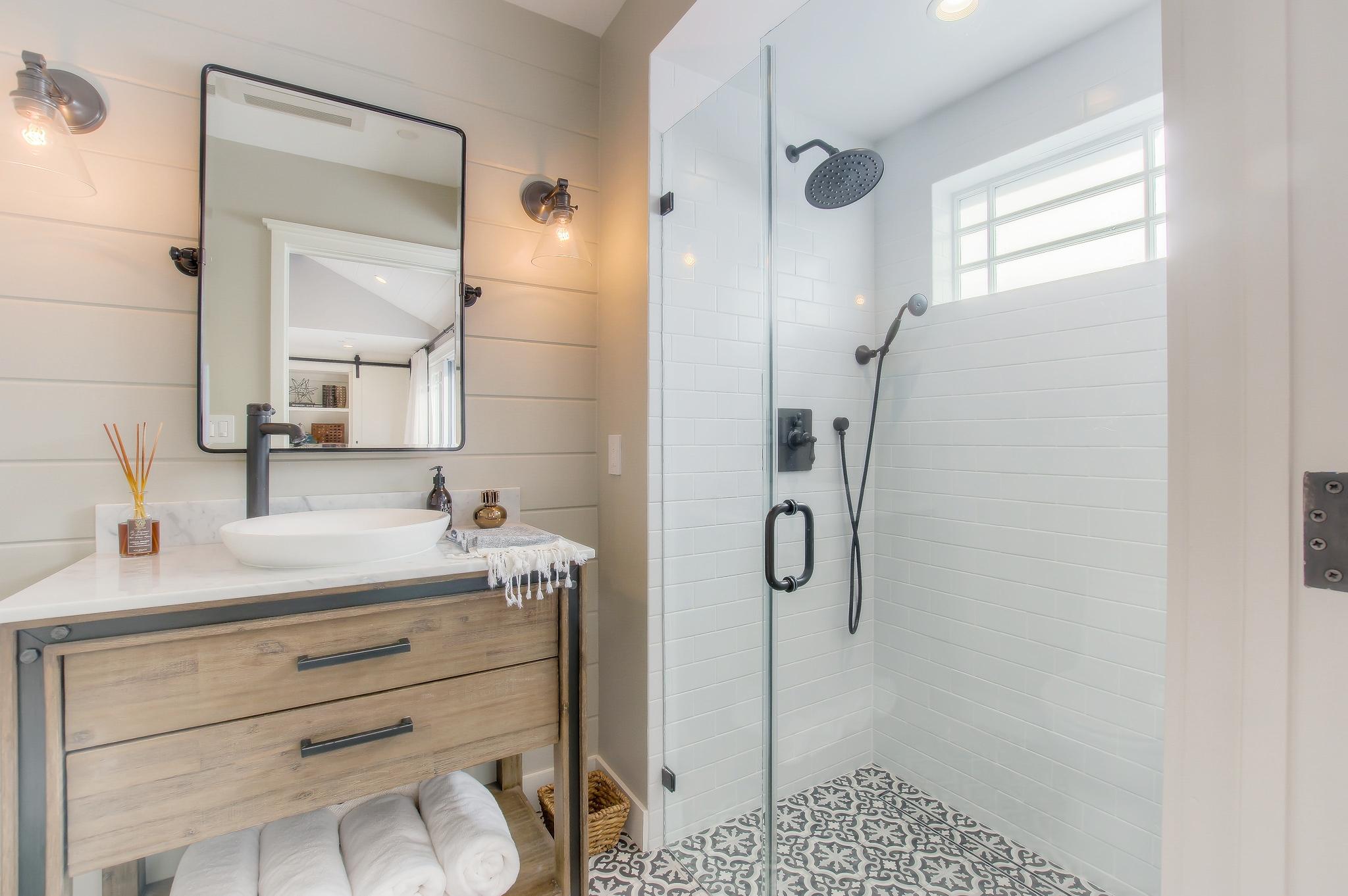 Santa Monica guesthouse bathroom